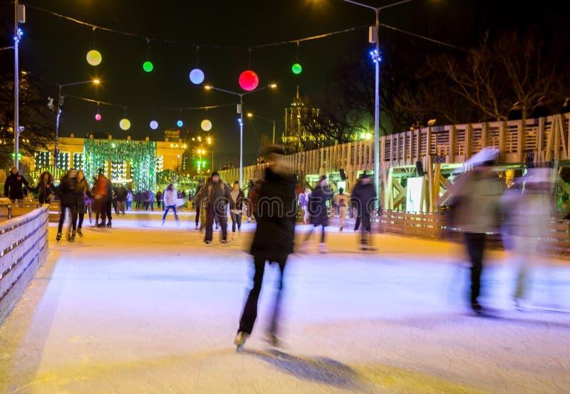 Leute laufen auf Eisbahn eis lizenzfreie stockbilder