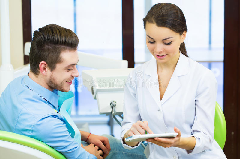 Leute-, Medizin-, Stomatologie- und Gesundheitswesenkonzept - weiblicher Zahnarzt, der Zahnröntgenstrahlscan auf Tabletten-PC-Bil stockbild