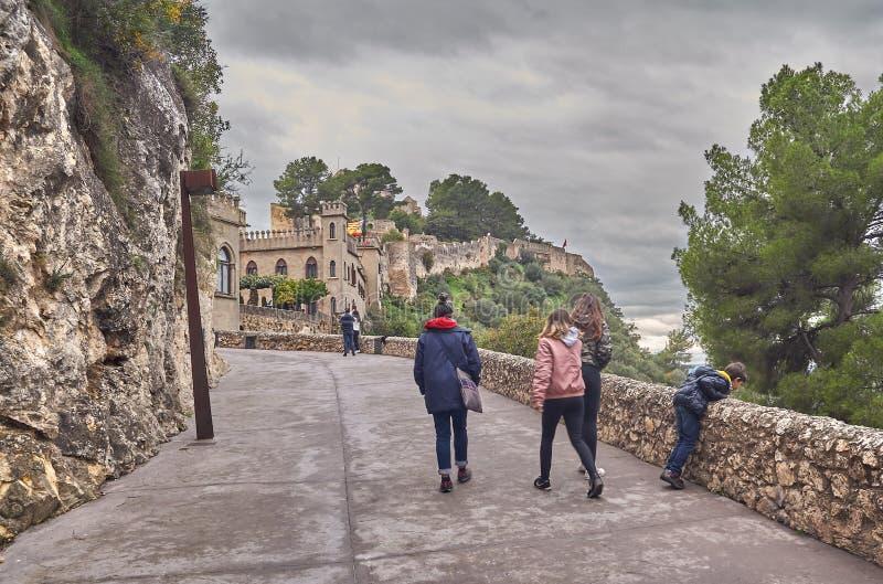Leute melden das Schloss von Xativa in Spanien an lizenzfreie stockbilder