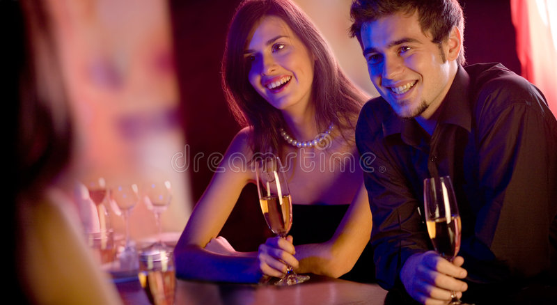 Leute mit Champagnergläsern in der Gaststätte, treffend stockfotografie