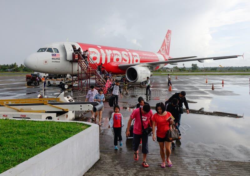Leute mit dem Flugzeug am Flughafen in Kalibo, Philippinen lizenzfreies stockbild