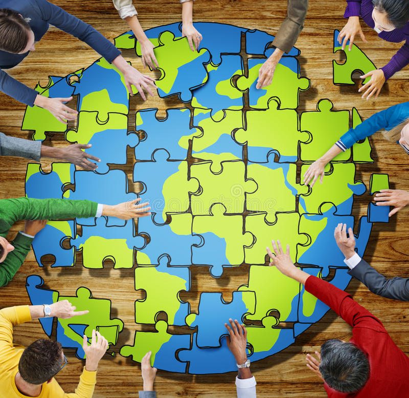 Leute mit dem Puzzlen, das Kugel im Foto bildet lizenzfreie stockbilder