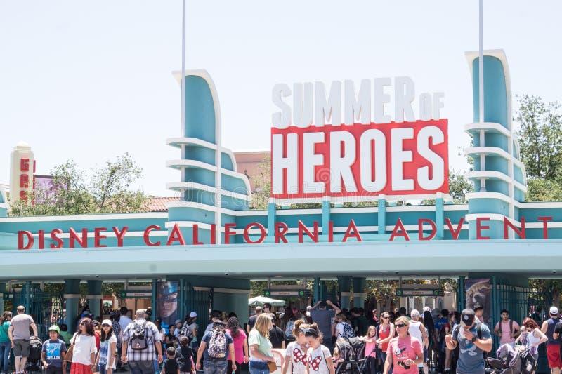 Leute mit Kindern auf einem Weg in Disneyland parken Schalten Sie das Drehkreuz im Park ein lizenzfreies stockfoto
