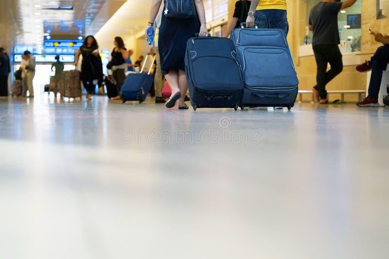 Leute mit Koffern an der Ansicht von unten des Flughafens lizenzfreies stockfoto