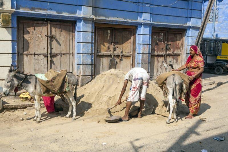 Leute mit Packeseln in den Straßen von Jodhpur, Indien stockfotos