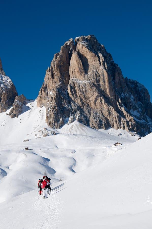 Leute mit Snowshoeexkursion auf Schnee stockfoto