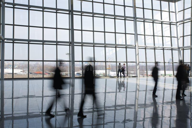 Leute am modernen Gebäude lizenzfreies stockbild