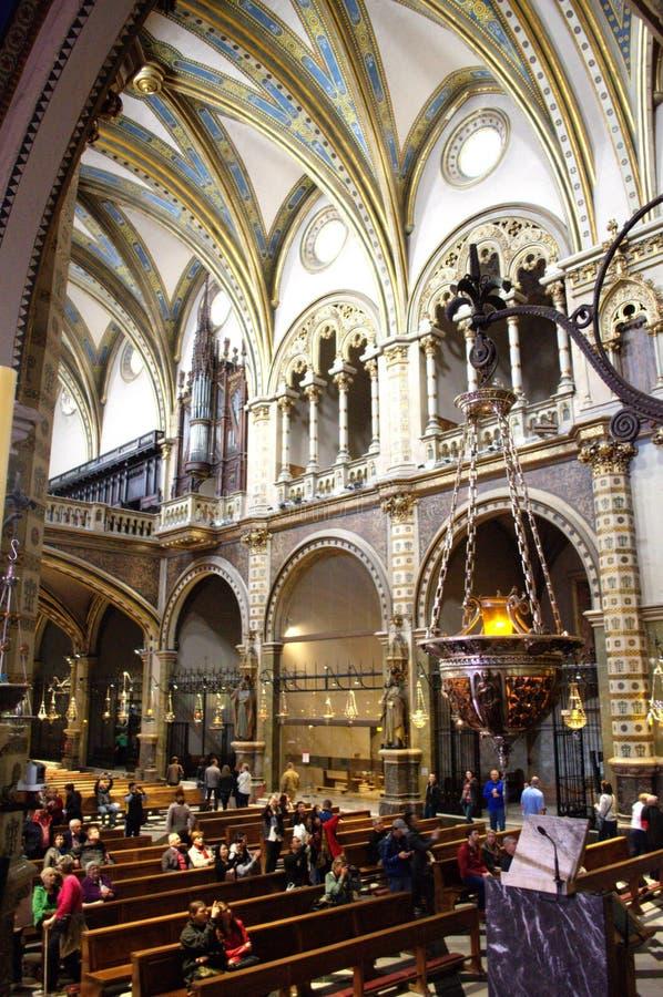 Leute in Montserrat-Kirche, Spanien lizenzfreie stockbilder