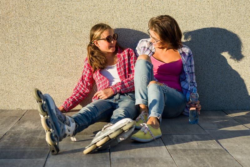 Leute, Mutterschaft, Familie und das Konzept der Annahme - glückliche Mutter und Tochter, die draußen spricht lizenzfreies stockbild