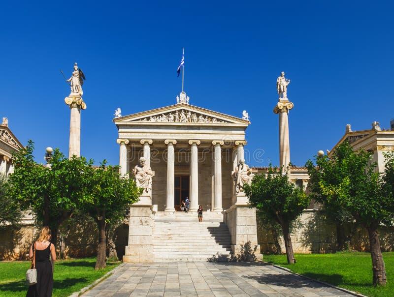 Leute nähern sich Akademie von Athen, Griechenland stockbild