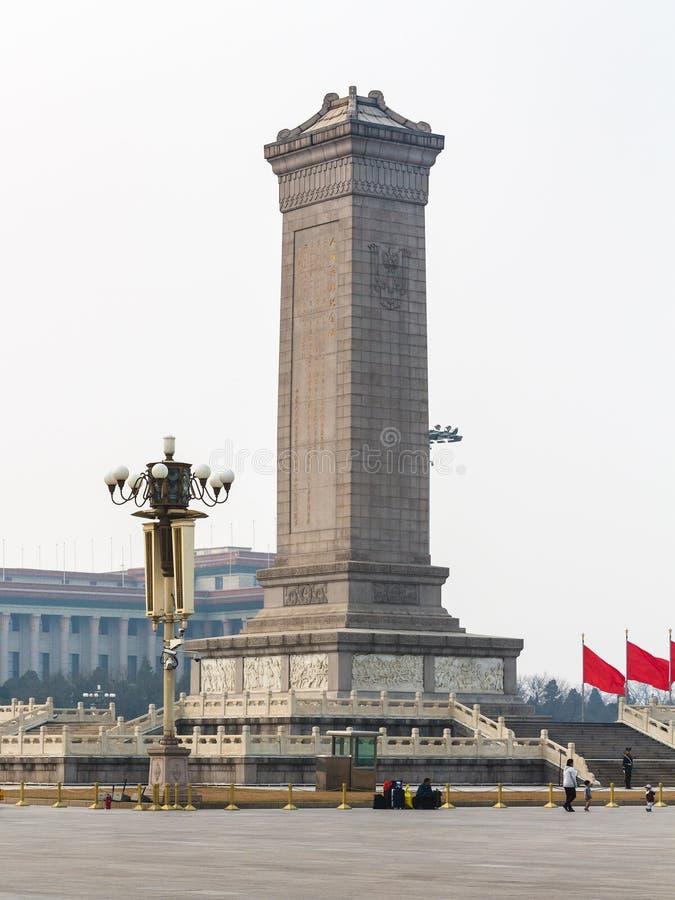 Leute nähern sich Monument zu den Leute ` s Helden stockbilder