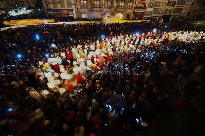 Leute nehmen an Morgestraich - Karnevalsöffnung in Basel, die Schweiz teil Lange Berührung stockbild
