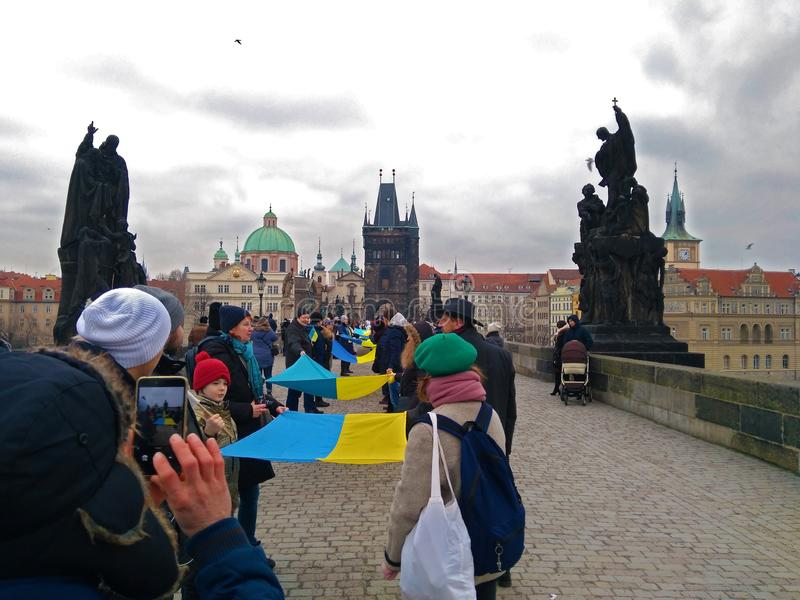 Leute organisierten eine lebende Kette in Prag stockbilder
