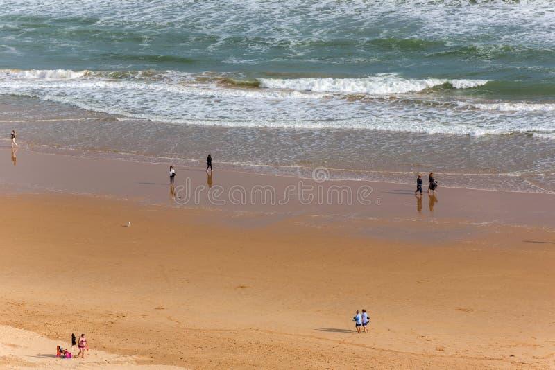 Leute am Praia DA Rocha in Portimao stockfoto
