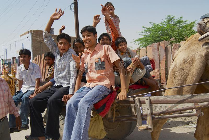 Leute reiten Kamel gefahrenen Wagen an der Straße von Bikaner, Indien stockbilder