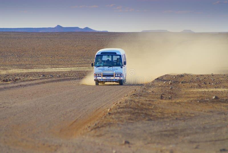 Leute reiten Touristenbus durch die Ausbrechen-Reserve circa Coober Pedy, Australien lizenzfreie stockfotografie