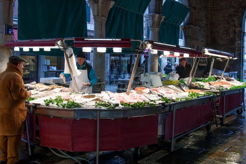 Leute am Rialto-Fischmarkt, Venedig, Italien lizenzfreies stockbild