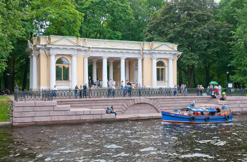 Leute in Rossi-Pavillon St Petersburg Russland lizenzfreies stockfoto