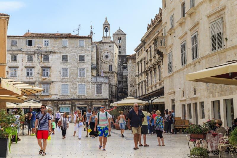 Leute ` s Quadrat in der Spalte, Kroatien lizenzfreie stockfotografie