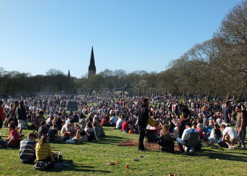 Leute saßen herein in Hyde Park Leeds am Protest 420, um für den Decriminalization des Hanfs in Großbritannien zu kämpfen lizenzfreies stockfoto