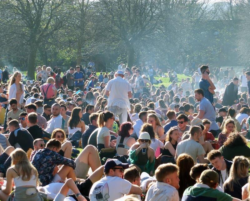 Leute saßen herein in Hyde Park Leeds am Protest 420, um für den Decriminalization des Hanfs in Großbritannien zu kämpfen stockfotografie