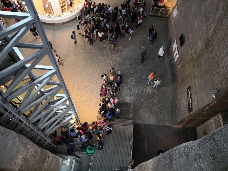 Leute in Salina Turda Salt Mine lizenzfreies stockfoto