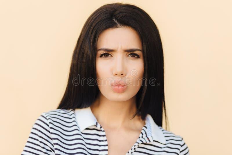 Leute, Schönheit und Gesichtsausdruckkonzept Nette Frau Unzufriedenheit Brunette schmollt Lippen und runzelt Gesicht, lässt missm lizenzfreie stockbilder