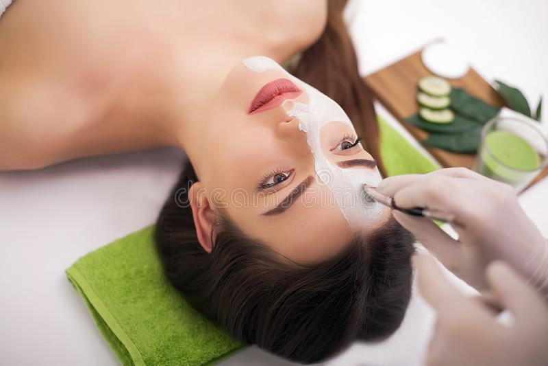 Leute-, Schönheits-, Badekurort-, Cosmetology- und skincarekonzept - nahes hohes lizenzfreie stockbilder