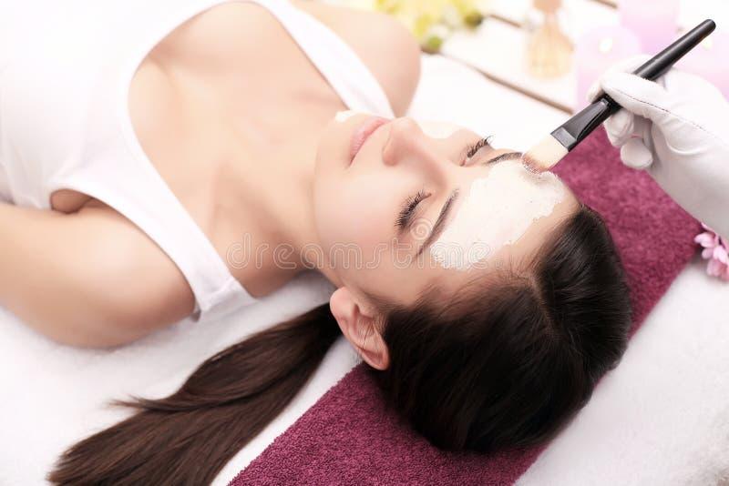 Leute-, Schönheits-, Badekurort-, Cosmetology- und skincarekonzept - nahes hohes lizenzfreies stockbild