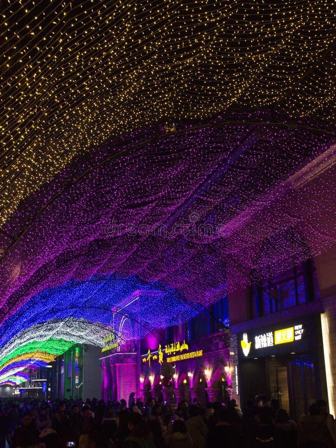 Leute scharen sich zum Einkaufszentrum während des Zeitraums des neuen Jahres in Peking, China stockfotos