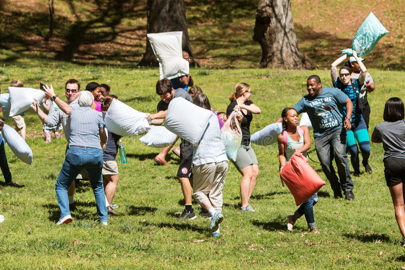 Leute schlugen sich mit Kissen am Kissenschlacht-Tag stockbild