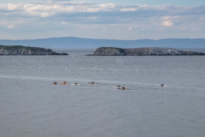 Leute schwimmen im Schwarzen Meer auf Booten, teilnehmen an marintime Wettbewerb, auf der schönen Landschaft des Hintergrundes Se stockbild