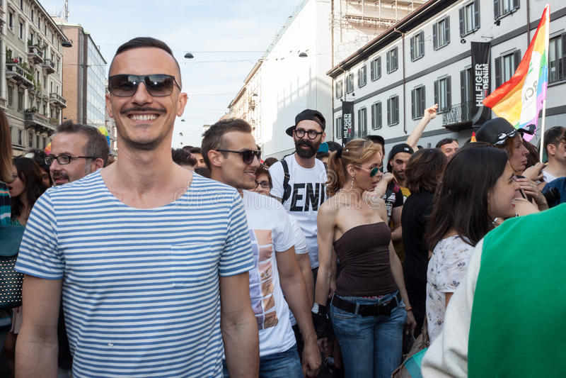 Leute an Schwulenparade 2013 in Mailand, Italien lizenzfreie stockbilder