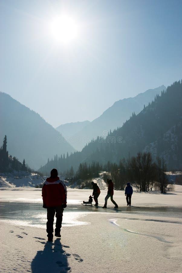 Leute silhouettieren auf Winter wie stockfotos