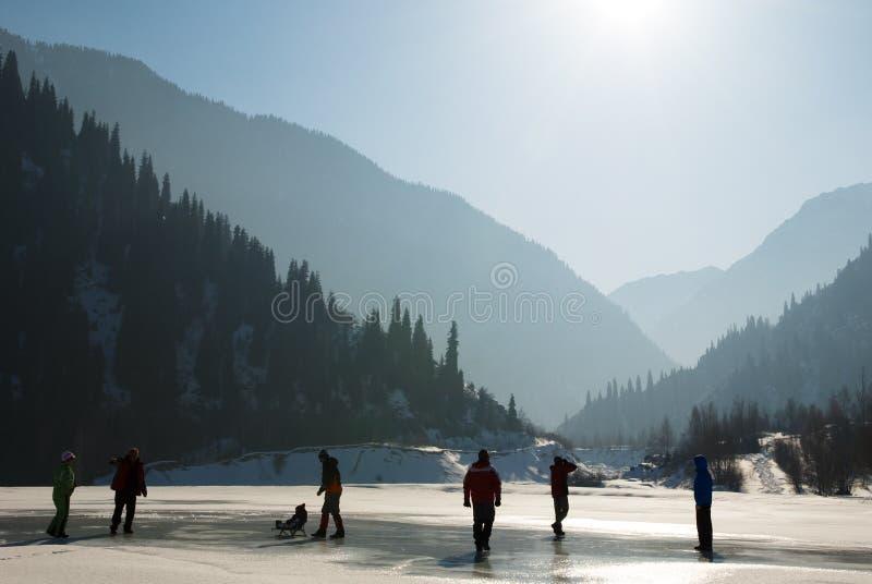 Leute silhouettieren auf Winter wie stockfotografie