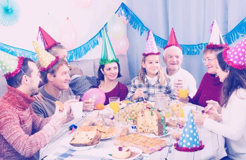 Leute sind glücklich, children's Geburtstag zu feiern stockbild