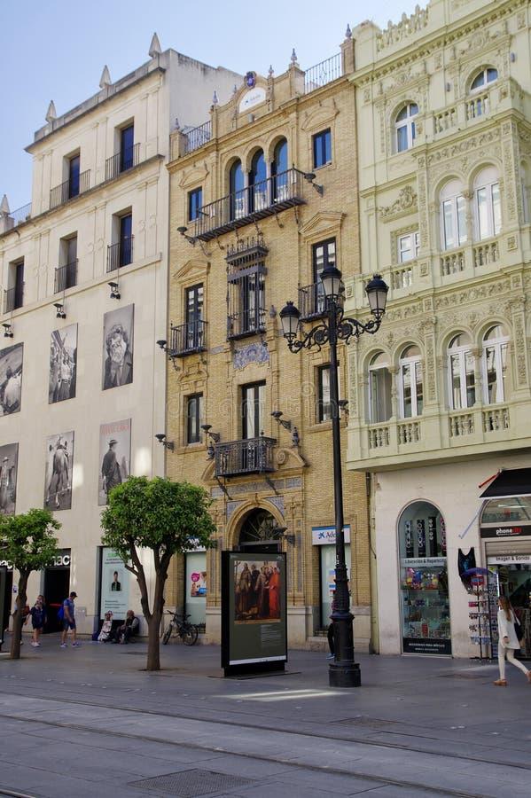 Leute am sonnigen Nachmittag in der Hauptstraße in alter Sevilla-Mitte spanien lizenzfreie stockfotografie