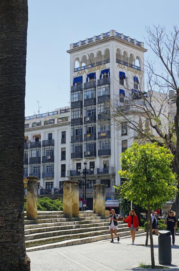 Leute am sonnigen Nachmittag in der Hauptstraße in alter Sevilla-Mitte spanien lizenzfreie stockbilder