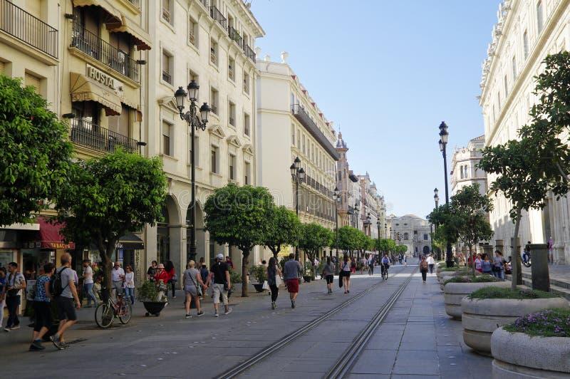 Leute am sonnigen Nachmittag in der Hauptstraße in alter Sevilla-Mitte spanien stockfotos