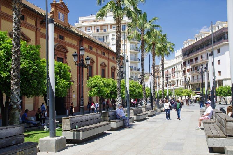 Leute am sonnigen Tag in der Hauptstraße in der alten Sevilla-Mitte spanien stockfotos