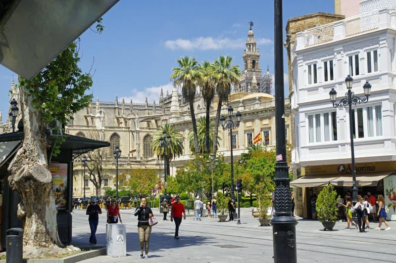 Leute am sonnigen Tag in der Hauptstraße in der alten Sevilla-Mitte spanien stockbilder