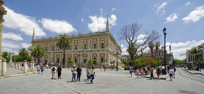 Leute am sonnigen Tag in der Hauptstraße in der alten Sevilla-Mitte spanien stockfoto