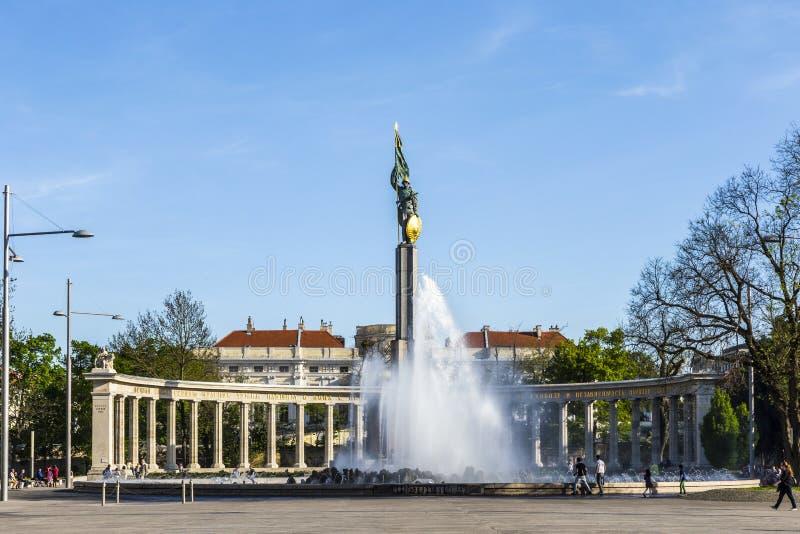 Leute am sowjetischen Kriegs-Denkmal in Wien lizenzfreie stockfotos