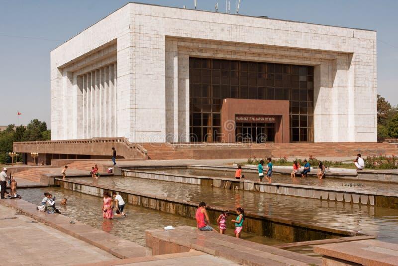 Leute springen in das Wasser der Stadtbrunnen stockbilder