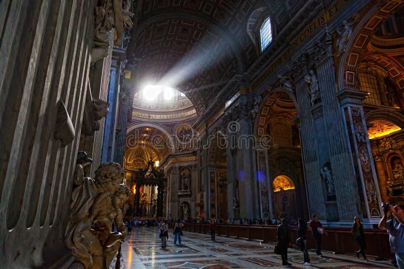 Leute in St Peter Basilika stockbild