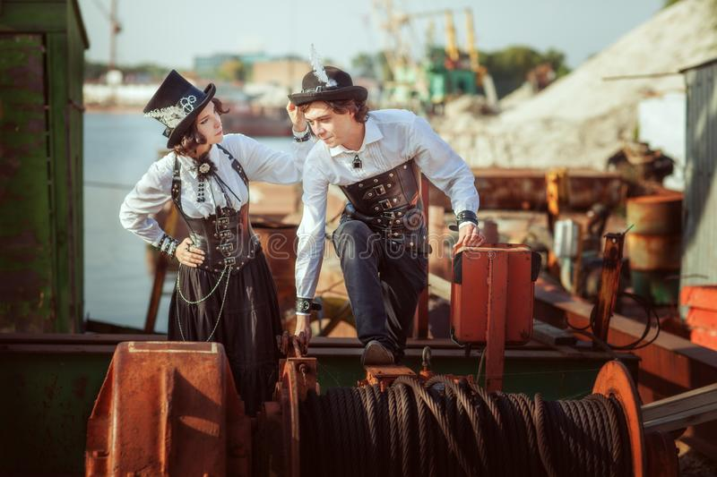 Leute in steampunk Art stockfotos