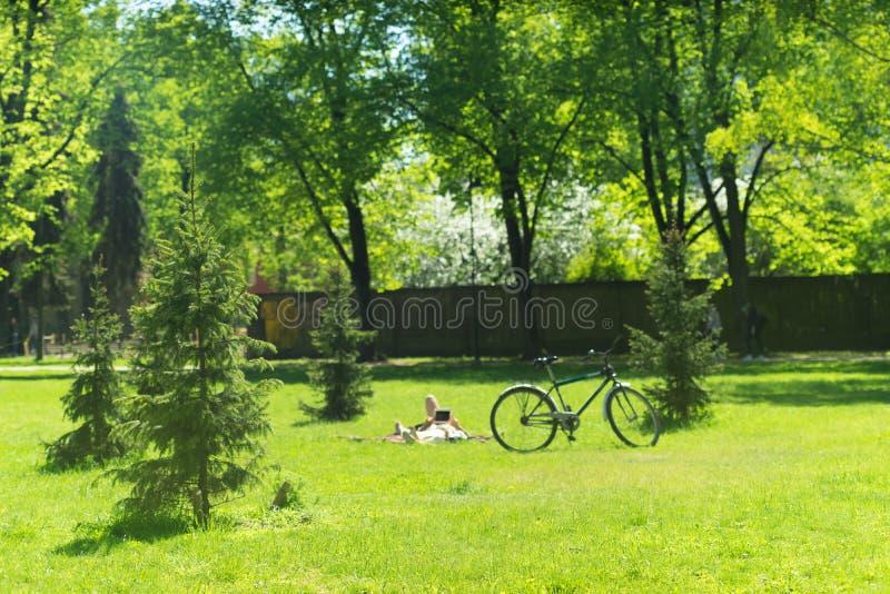 Leute stehen im Park still lizenzfreies stockbild