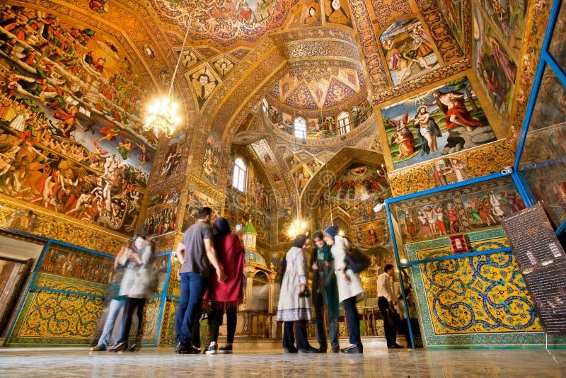 Leute stehen innerhalb des armenischen Ñ-, das mit magischen Farben athedral ist lizenzfreie stockbilder
