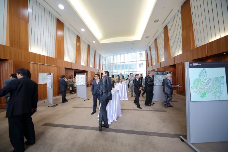 Leute stehen vor Ausstellungs-Forum Matidzukuri in Verbindung stockfotos