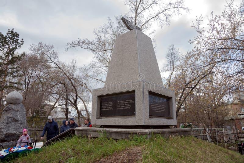 Leute stehen vor dem Ehrengrabmal zu den Piloten, die auf Flugzeuge während WWII abstürzten lizenzfreies stockfoto